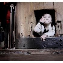 "Child inside ""Buddha's Nostril"" in Todai-ji Temple, Nara - Japon"